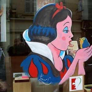 Mantes la jolie, peinture sur vitrine pour le festival de la bande dessinee par un artiste belge, Jean-Marie Lesage