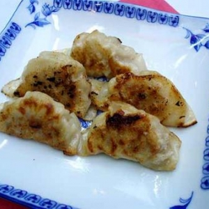 raviolis chinois farcis de viande hachee a l'ail et au gingembre .