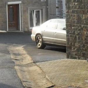 A en croire le cadastre et le code de la route, cette voirure stationne sur un trottoir.