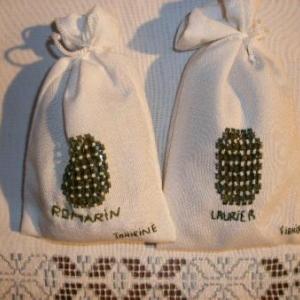 sachets avec broderie contenant du laurier, ou du romarin, pour la cuisine