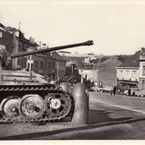 Der Panzer 111 wird zum Ehrendenkmal im Zentrum von Houffalize.