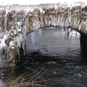 Le pont de Suhet, vu de la rive gauche, en amont (reconstruction d'apres-guerre)
