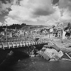 Le tank dans l'Ourthe, au pont, endroit de son reversement. Il y est demeure des ans, faute de moyens techniques por l'en retiirer.