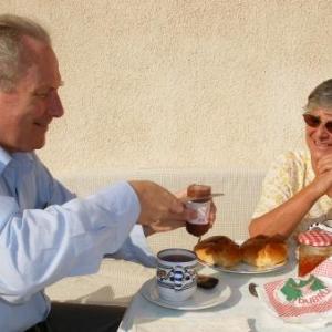 Tunis, Simone avec un ambassadeur, qui se coupe une tranche de saucisson de chez Marie Dubru, qui accompagnera du cramique de chez Philippart