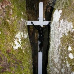 Le crucifix loge dans le creux.
