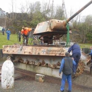 Maenner bereiten den Tank fuer seine Abfahrt in Renovierung vor. Foto: Philippe Jaeger Elias Chief Research Officer.