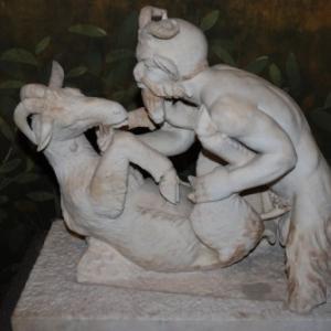 Zoophilie avec une chevre. Statue. Auteur?