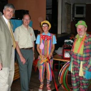 Le bourgmestre, le president, Croquette, et Popol. Le chien savant n'a pas voulu poser avec eux (sa queue noire est a l'avant -plan, au pied gauche de Croquette)