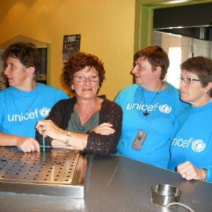 Fin. On affiche le drapeau de l'UNICEF; 120 enfants pourront recevoir un vaccin. C'est pour cela qu'on a mis la main dans le cambouis.  A l'an prochain! Tot ziens! Auf wiedersehen! see you again! a r'veye tortos...binames d'gins!