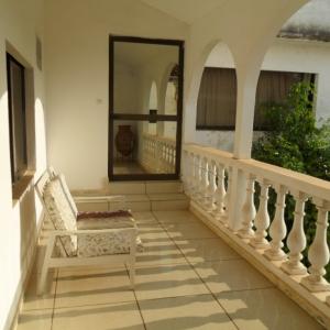 Le balcon d'une chambre