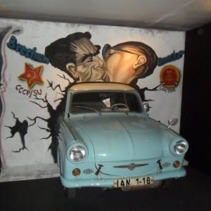 Une Trabant s'enfonce dans le mur, sur lequel Brejnev et Honecker se donnent un baiser