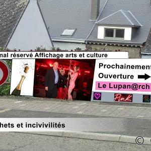 """Rue de Schaerbeek, sous l'archipel. L'incivilité est le panneau de l'immobilière ayant affiché """"VENDU"""" plus d'un an."""