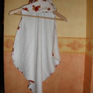"""26. essuie de bain """"nourrisson"""", avec capuche et bordure assortis, atelier de formation couture Casbah d'Alger (6,5 euros)"""