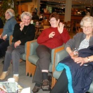 27. remarquez Jeannine, et Marie-Jo, au centre, en pleine demonstration de langage gestuel. Et a droite, Nelly, qui deguste avec sagesse.