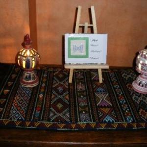 11. une carte de voeux avec broderie (1,50 euro): une petite oeuvre d'art. Sur le tapis en tissage d'El Golea.