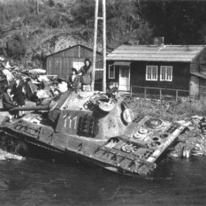 Der Tank 111 und der Fluss, wo er fiel (foto +/- 1948)
