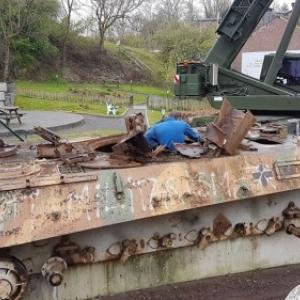 Le Panzer au cours du demontage, Houffalize (ph. Ph. J. Elias)