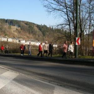 4. le trottoir qui longe la route de Liege est bien securise par un rebord