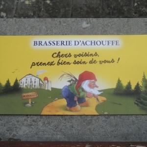 Le nuton emblème de la Brasserie d'Achouffe. À l'arrière-plan, la brasserie.