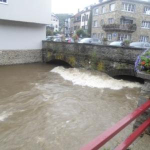 L'Ourthe s'engouffre sous le pont de la route de Liège