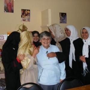 Simone avec les monitrices de ses ateliers, Tibherine, dans l'Atlas