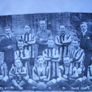 Vers 1924: la 1e equipe de football de Houffalize: assis: Alfred Lossignol, Odon Bazard, Rene Deumer, Henri Marechal, Raymond Martiny. Accroupi, extr. gauche: Joseph Lesage