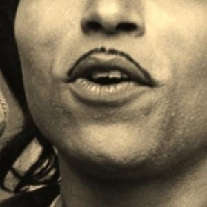 Une moustache fine comme un trait de crayon