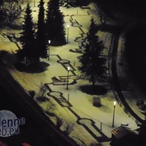 Houffalize Minigolf  Vue générale de nuit, lors de la fonte des neiges, qui subsistent plus longtemps sur la pelouse