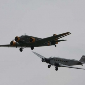 Deux Junkers Ju 52 versions militaire et civile