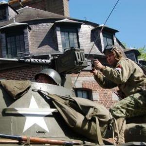 Soldat US avec mitrailleuse sur M8