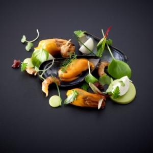 Mossel - yoghurt - garnaal - groene kruiden - rode ui