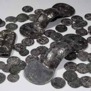 Trésor de Muizen contenant des fibules ansées symétriques, un élément de ceinture, une perle et 73 monnaies parmi lesquelles des monnaies de Charles II (Charles le Chauve, 823-877) et un dirham, battu à Arminiya sous le calife al-Mu'tazz bi-'llah en l