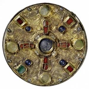 Fibule discoïde provenant de la tombe d'une femme du VIIe siècle à Iversheim (Allemagne), or, alliage de cuivre, grenat, verre et apatite, LVR-LMB