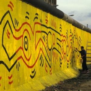 Section du Mur de Berlin peinte, en six heures, par Keith Haring