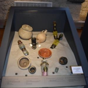 Creations contemporaines (Catherine Delbruyere/Vincent Kempenaers) parmi des objets antiques (c) Murielle Lecocq