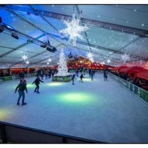 Sous son toit illumine, la patinoire de 500 m2, sur la Place Cathedrale (c) P. Christodouleas