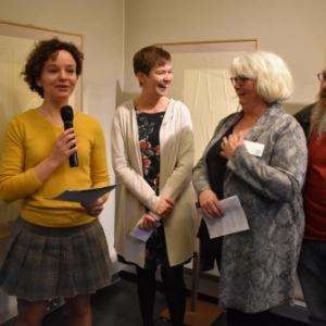 """Fiona Lebecque, conservatrice, Sandrine Bertrand, Presidente du """"Syndicat d Initiative"""", Martine Laloux, Presidente d' """"Arts Emulsions"""" & """"Gilard"""", l un de ses membres (c) Murielle Lecocq"""