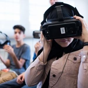 """Visionnement de contenus """"VR"""", equipes de casques-lunettes, avec vision à 360° (c) """"Stereopsia"""""""