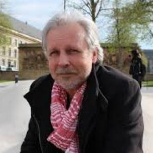 """Thierry Bellefroid, auteur et journaliste, animateur, pour """"Dargaud"""", sur la scene de """"Fintro"""" (c) """"RTBF"""""""