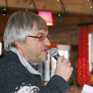Au sein du chalet gruyerien, Pierre Luthers au micro (c) Jacques Baudoux