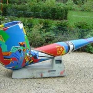 En hommage a Georges Simenon, une pipe geante (non exposee) decoree par (c) Luis Salazar