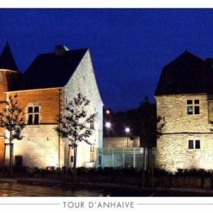 """A droite, le donjon de la """"Tour d Anhaive"""" (c) """"Syndicat d Initiative de Jambes"""""""