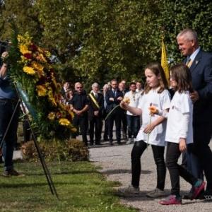 """En 2018, Eric Adam, Président du """"CCW"""", et deux enfants, lors de la """"Ceremonie du Souvenir"""""""