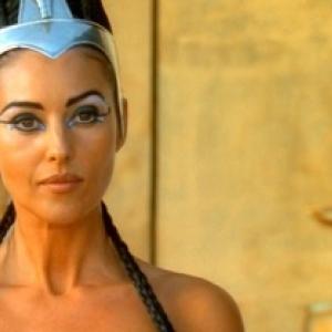 Monica Belluci, dans le role de Cleopatre, en 2002