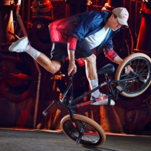 """En demonstation, un ancien champion du monde de """"BMX"""", l Espagnol Viki Gomez"""