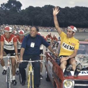"""Avec Guillaume Driessens (en velo), Eddy Merckx, vainqueur de son 1er """"Tour de France"""", en 1969"""