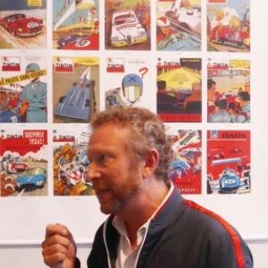 """Philippe Graton devant les 20 Couvertures acccrochees à la """"Galerie Tintin"""" (c) """"Herge/Moulinsart"""" 2018"""