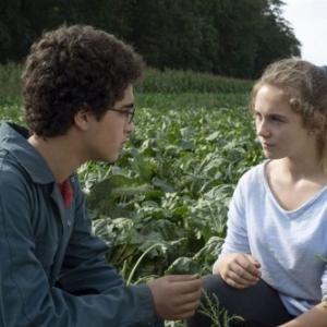 """Dans un champ, avec la jeune fermiere… (Jean-Pierre et Luc Dardenne) (c) """"Les Films du Fleuve"""""""