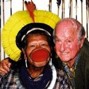 Raoni Metuktire, l un des chefs du peuple kayapo, avec Marcel Isy-Schwart, le pere de Cyril
