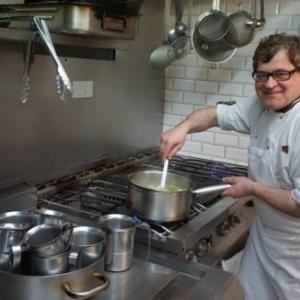 """Andre Le Letty, dans sa cuisine du """"Bistrot du Maquis"""", a Paris"""